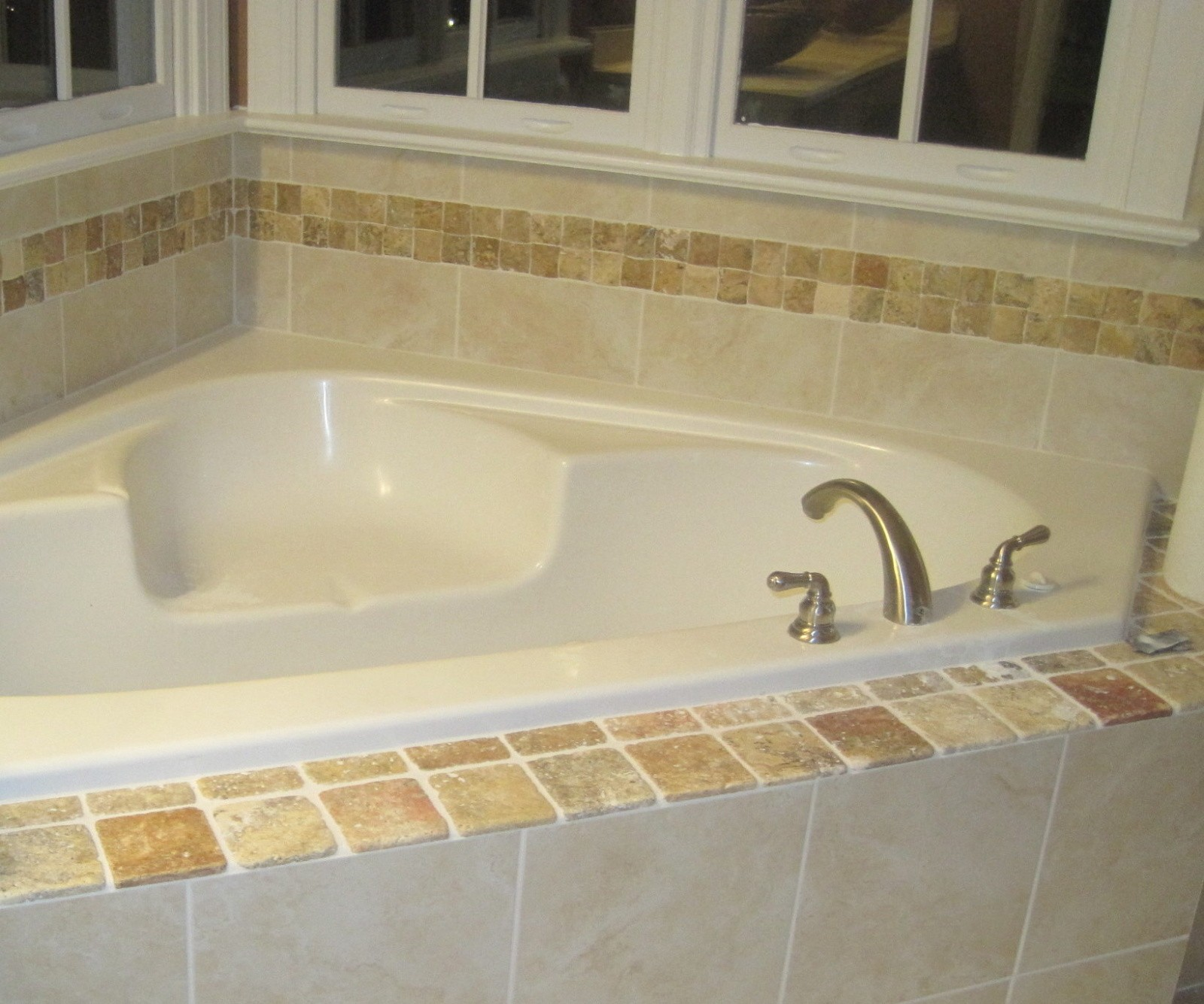 tub with beveled trav trim